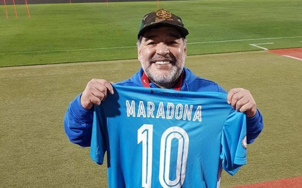 Diego Armando Maradona con la maglia del Lollo Caffè Napoli: gli auguri di D10S agli azzurri