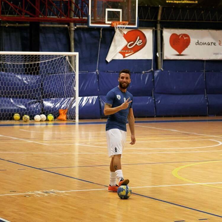 Sandro Mariano con la maglia del Friends Arzano