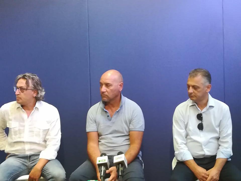 Massimiliano Santosuosso (sx), l'architetto Enzo Genovese (centro) ed il presidente Jean Philippe Melillo (dx) in conferenza stampa negli studi di Piuenne
