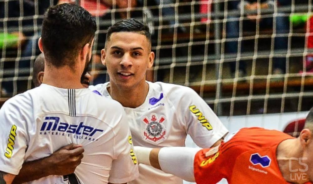 Douglas Nunes con la maglia del Corinthians Foto: C5 Live