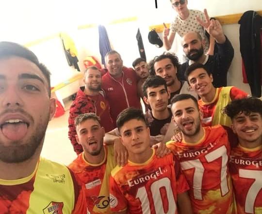 Il selfie dei ragazzi del Benevento 5 negli spogliatoi