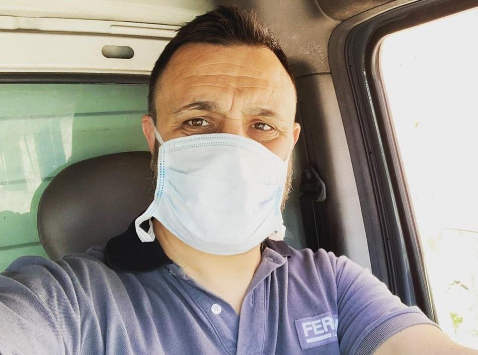 Antonio Rinaldi sul furgoncino durante il suo lavoro di questi giorni