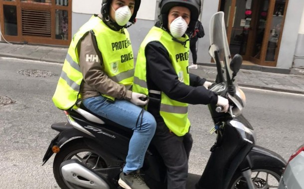 I ragazzi del Sorrento volontari della Protezione Civile a portare la spesa per gli anziani