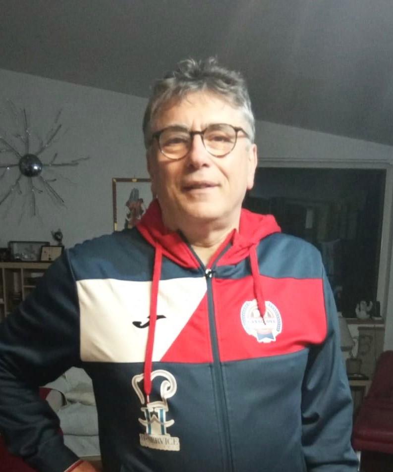 Il dr. Antonio Pontillo lavora al Pronto Soccorso all'Ospedale Sant'Anna e San Sebastiano di Caserta, è allenatore del Casagiove in C1
