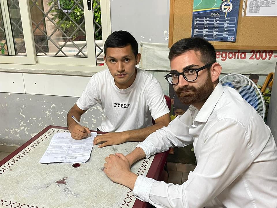 Severino firma il contratto insieme al ds del Quarto Biagio Rasulo